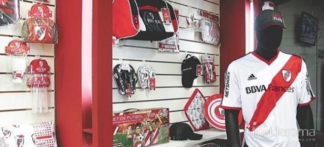I giocatori del River Plate portano a casa dei tifosi le maglie del club (VIDEO)