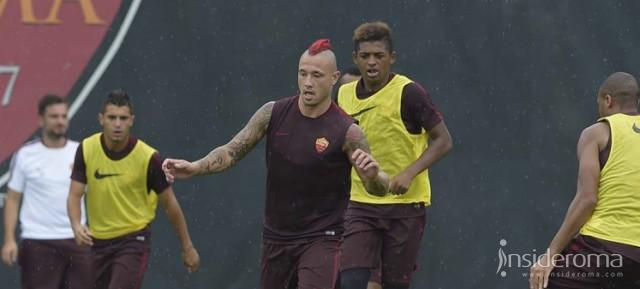 Trigoria live, squadra in campo. Out Strootman e Maicon